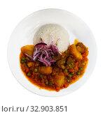 Купить «Dish of Peruvian cuisine, stewed meat with potatoes and peas», фото № 32903851, снято 26 января 2020 г. (c) Яков Филимонов / Фотобанк Лори