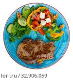 Купить «Hot steak with vegetables, cheese and walnuts», фото № 32906059, снято 27 июня 2018 г. (c) Яков Филимонов / Фотобанк Лори