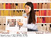 Купить «Asian girl holding palette of hair dye samples», фото № 32910175, снято 24 октября 2019 г. (c) Яков Филимонов / Фотобанк Лори