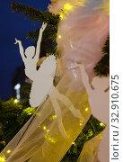 Купить «Изящная фигурка балерины украшает уличную новогоднюю елку», фото № 32910675, снято 5 января 2020 г. (c) Наталья Николаева / Фотобанк Лори