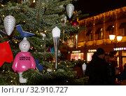 Купить «Елочные украшения на новогодней елке в центре Москвы у ЦУМа вечером», фото № 32910727, снято 5 января 2020 г. (c) Наталья Николаева / Фотобанк Лори