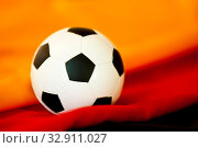 Deutschlandfahne mit Nationalfarben und Fußball. Стоковое фото, фотограф Zoonar.com/Helma Spona / age Fotostock / Фотобанк Лори