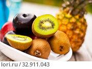 Frisches Obst auf Holztisch. Стоковое фото, фотограф Zoonar.com/Helma Spona / age Fotostock / Фотобанк Лори