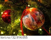Купить «Дизайнерские рождественские елочные украшения - шар с изображением ангела», фото № 32914055, снято 5 января 2020 г. (c) Наталья Николаева / Фотобанк Лори