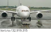 Купить «Airliner pushing back before departure», видеоролик № 32919315, снято 11 ноября 2017 г. (c) Игорь Жоров / Фотобанк Лори
