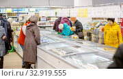 Купить «Russia Samara November 2019: Interior of a grocery store with shop windows and freezers.», фото № 32919555, снято 13 ноября 2019 г. (c) Акиньшин Владимир / Фотобанк Лори