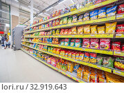 Купить «Russia Samara November 2019: A large selection of chips and kirieshok in a supermarket. Text in Russian: Russian Potato», фото № 32919643, снято 22 ноября 2019 г. (c) Акиньшин Владимир / Фотобанк Лори