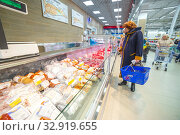 Russia Samara November 2019: Interior of a grocery store with shop windows and freezers. Meat section. Редакционное фото, фотограф Акиньшин Владимир / Фотобанк Лори