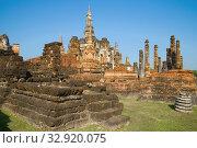 Солнечный день на руинах древнего буддистского храма Ват Махатхат. Исторический парк города Сукхотай. Таиланд (2016 год). Стоковое фото, фотограф Виктор Карасев / Фотобанк Лори