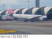 """Купить «Самолет Airbus A330-300 (B-18316) авиакомпании """"China Airlines"""" на перроне международного аэропорта Суварнабхуми ранним утром. Бангкок», фото № 32920151, снято 9 декабря 2018 г. (c) Виктор Карасев / Фотобанк Лори"""