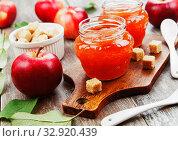 Купить «Fresh apple jam», фото № 32920439, снято 4 октября 2019 г. (c) Надежда Мишкова / Фотобанк Лори