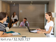 Female employee of staffing agency consulting clients. Стоковое фото, фотограф Яков Филимонов / Фотобанк Лори