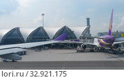 Купить «Airplane taxiing in Suvarnabhumi airport, Bangkok», видеоролик № 32921175, снято 30 ноября 2017 г. (c) Игорь Жоров / Фотобанк Лори