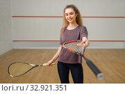 Female player gives squash racket. Стоковое фото, фотограф Tryapitsyn Sergiy / Фотобанк Лори