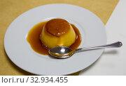 Flan con nata — typical catalan dessert of Catalonia. Стоковое фото, фотограф Яков Филимонов / Фотобанк Лори