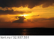 Купить «Sonnenuntergang, sonne, abend, meer, natur, see, abends, abendsonne, sonnenstrahl, sonnenstrahlen, romantisch, wolke, ozean, wolken», фото № 32937551, снято 2 июня 2020 г. (c) easy Fotostock / Фотобанк Лори