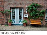 Купить «Haustür, tür, Friedrichstadt, nordfriesland, gasse, häuser, blumen, haus, gebäude, stadt, malerisch, pittoresk, fenster», фото № 32937567, снято 1 июня 2020 г. (c) easy Fotostock / Фотобанк Лори