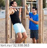 Купить «Sportsmen doing pull-ups», фото № 32938063, снято 6 сентября 2017 г. (c) Яков Филимонов / Фотобанк Лори
