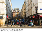 Street leading to Place des Vosges, Paris (2018 год). Редакционное фото, фотограф Яков Филимонов / Фотобанк Лори
