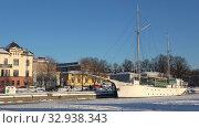 Купить «Февральский вечер на городской набережной. Порвоо, Финляндия», видеоролик № 32938343, снято 24 февраля 2018 г. (c) Виктор Карасев / Фотобанк Лори