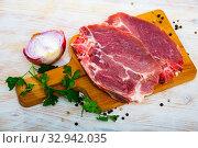 Raw pork chop on cutting board. Стоковое фото, фотограф Яков Филимонов / Фотобанк Лори