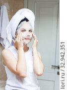Купить «Girl with facial mask in bedroom. Cosmetic procedure.», фото № 32942351, снято 6 июля 2019 г. (c) Papoyan Irina / Фотобанк Лори