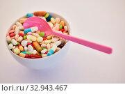 Купить «Medikamentensucht Konzept mit Schale voll bunter Medizin», фото № 32943467, снято 26 мая 2020 г. (c) age Fotostock / Фотобанк Лори
