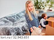 Mädchen mit Kuscheltier steht unsicher in der Wohnung beim Umzug oder Einzug. Стоковое фото, фотограф Zoonar.com/Robert Kneschke / age Fotostock / Фотобанк Лори