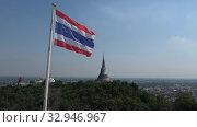 Государственный тайский флаг развевается на фоне буддистского храма на королевский холме (Phra Nakhon Khiri). Пхетчабури, Таиланд (2018 год). Стоковое видео, видеограф Виктор Карасев / Фотобанк Лори