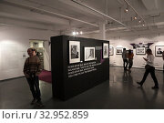 """Купить «Фотовыставка Гарри Бенсон """"THE BIATLES"""" в галерее братьев Люмьер», фото № 32952859, снято 19 января 2020 г. (c) Дмитрий Неумоин / Фотобанк Лори"""