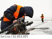 Portrait of a worker repairing equipment in extreme conditions (2019 год). Редакционное фото, фотограф Андрей Кузнецов / Фотобанк Лори