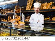 Купить «Baker welcomes customers», фото № 32953447, снято 26 января 2017 г. (c) Яков Филимонов / Фотобанк Лори