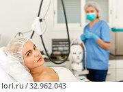 Купить «Girl expects plastic surgery in aesthetic cosmetology clinic», фото № 32962043, снято 14 марта 2019 г. (c) Яков Филимонов / Фотобанк Лори