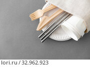Купить «wooden forks, knives and paper cups on plate», фото № 32962923, снято 3 мая 2019 г. (c) Syda Productions / Фотобанк Лори