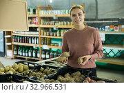 Купить «Woman choosing potatoes among different varieties», фото № 32966531, снято 17 февраля 2020 г. (c) Яков Филимонов / Фотобанк Лори