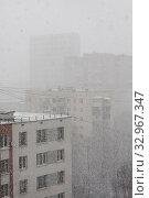 Купить «Снегопад в городе. Снежная пелена, туман, идет густой снег, стемнело», фото № 32967347, снято 22 января 2020 г. (c) Наталья Николаева / Фотобанк Лори