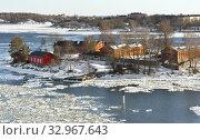 Rocky island with brick buildings in Helsinki archipelago on sunny spring day. Suomi (2018 год). Стоковое фото, фотограф Валерия Попова / Фотобанк Лори