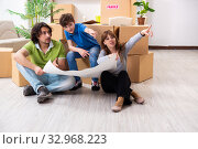 Young family moving to new flat. Стоковое фото, фотограф Elnur / Фотобанк Лори