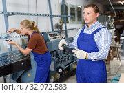 Man measuring glass with tape rule. Стоковое фото, фотограф Яков Филимонов / Фотобанк Лори