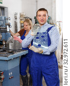 Купить «Male glazier showing drilled glass», фото № 32972611, снято 10 сентября 2018 г. (c) Яков Филимонов / Фотобанк Лори