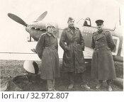 Портрет военных летчиков возле самолета на летном поле. 1945, февраль. Стоковое фото, фотограф Retro / Фотобанк Лори