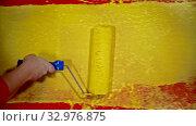 Купить «Painting a wall with a yellow color using a roller», видеоролик № 32976875, снято 24 января 2020 г. (c) Константин Шишкин / Фотобанк Лори
