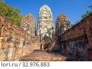 Руины  древнего буддистского храма Wat Si Саваи солнечным днем. Исторический парк Сукхотай, Таиланд (2018 год). Стоковое фото, фотограф Виктор Карасев / Фотобанк Лори