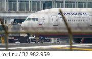 Купить «Airplane taxiing before departure», видеоролик № 32982959, снято 29 ноября 2017 г. (c) Игорь Жоров / Фотобанк Лори