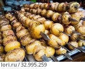 Купить «Запеченный на шампурах свежий картофель», фото № 32995259, снято 4 августа 2019 г. (c) Вячеслав Палес / Фотобанк Лори