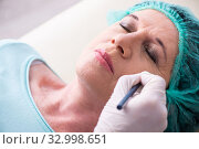 Old woman visiting male doctor for plastic surgery. Стоковое фото, фотограф Elnur / Фотобанк Лори