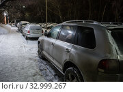 Купить «Cars in a parking lot on a winter night at a  building», фото № 32999267, снято 21 января 2019 г. (c) Юрий Бизгаймер / Фотобанк Лори