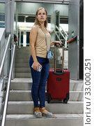 Girl walking with baggage in metro. Стоковое фото, фотограф Яков Филимонов / Фотобанк Лори