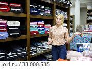 Купить «salesgirl demonstrating wide range of stylish cloth», фото № 33000535, снято 2 марта 2018 г. (c) Яков Филимонов / Фотобанк Лори