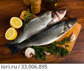 Uncooked sea bass fish with lemon. Стоковое фото, фотограф Яков Филимонов / Фотобанк Лори